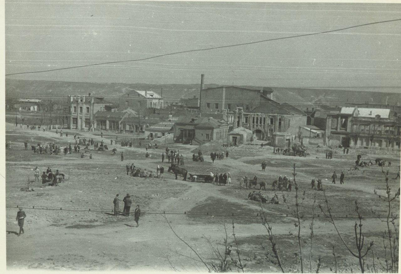 Население г орода на воскреснике по расчистке центральной части города. Февраль 1943 г.jpg